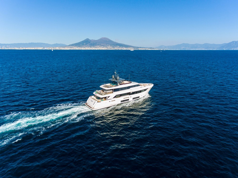 WHEN LUXURY MEETS ART: THE NEW PHOTOS OF THE MAJESTIC FERRETTI 33 m. PENELOPE